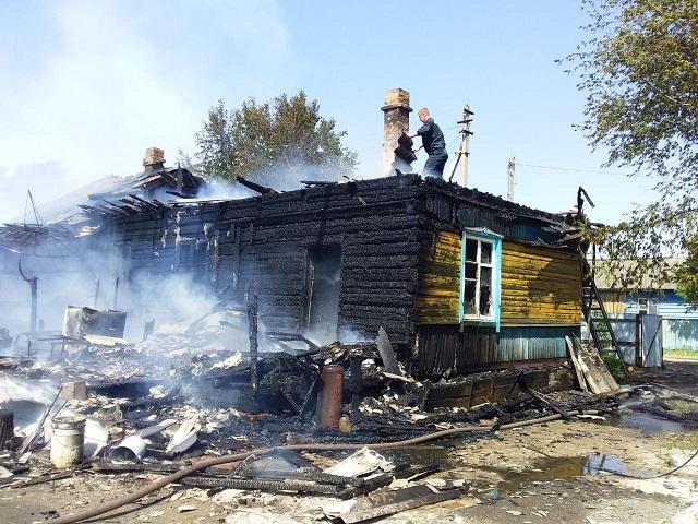 Спас семью и домашних животных из горящего дома житель ЕАО