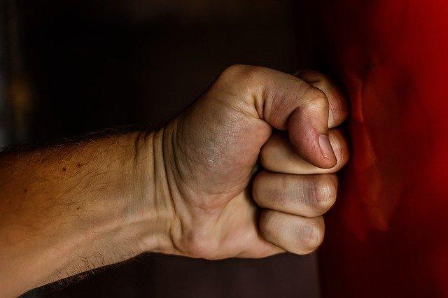 Мужчину избили и ограбили в подъезде Биробиджана