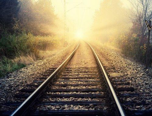 Девушка едва не погибла под колесами поезда в ЕАО