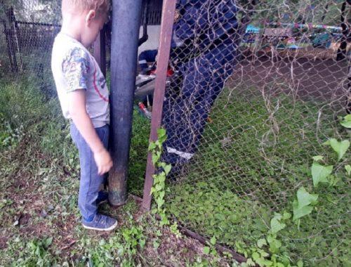 Мальчик застрял ногой в заборе в Биробиджане, на помощь пришли спасатели