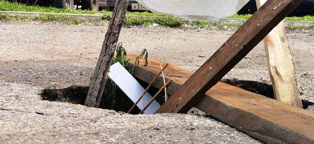 На парковке в Биробиджане под автомобилем провалился асфальт