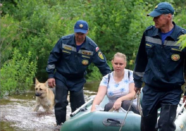 Спасатели помогают жителям села Раздольное переправляться через проезжую часть