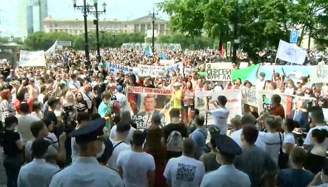 Многотысячная акция протеста проходит в Хабаровске