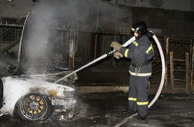 Под покровом ночи подожгли автомобиль в Биробиджане