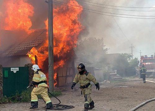 Несколько часов пожарные боролись с огнем в поселке Лукаши в Биробиджане