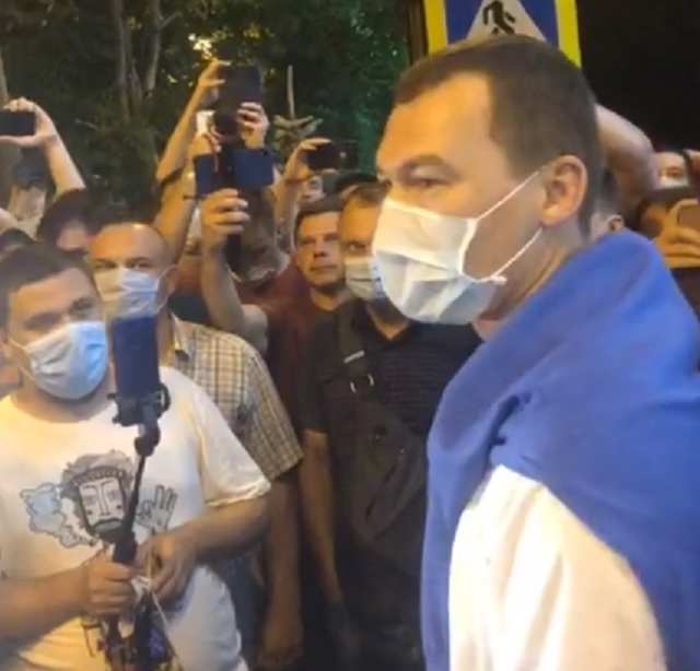 Врио губернатора Хабаровского края вышел к митингующим