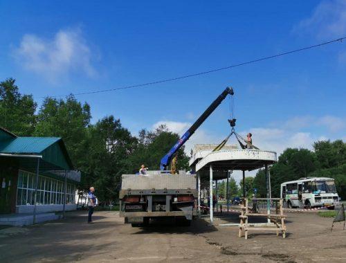 В Биробиджане приступили к демонтажу старых остановок