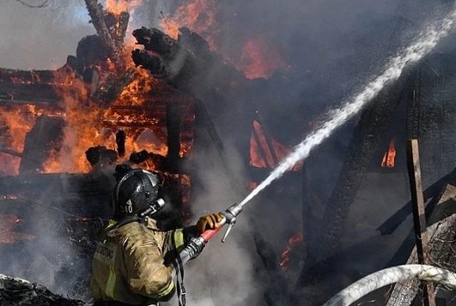 При пожаре в заброшенном доме в ЕАО погиб человек