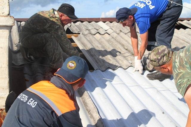 В Биробиджане повреждены кровли семи многоквартирных домов, на помощь пришли спасатели