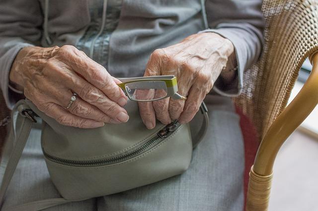 Бдительные биробиджанцы спасли накопления пенсионерки