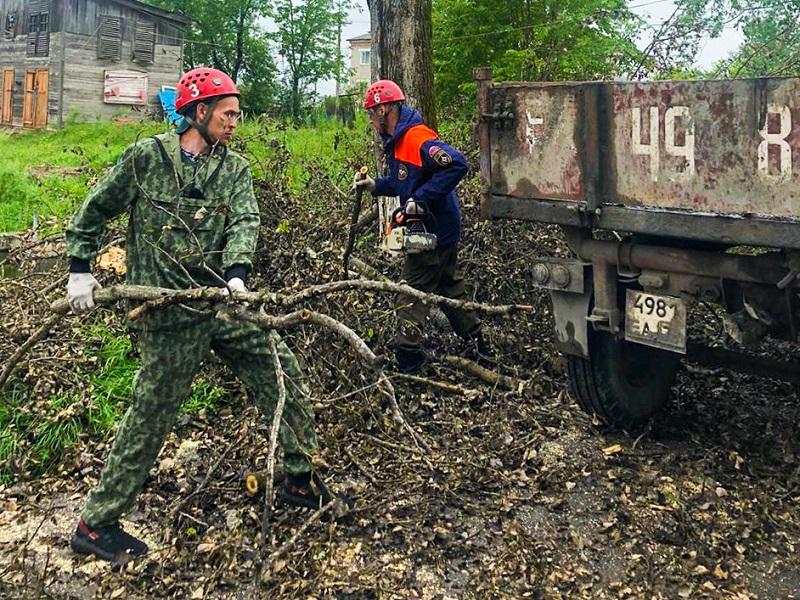 Разгул стихии: спасатели расчищают от поваленных деревьев п. Теплоозерск