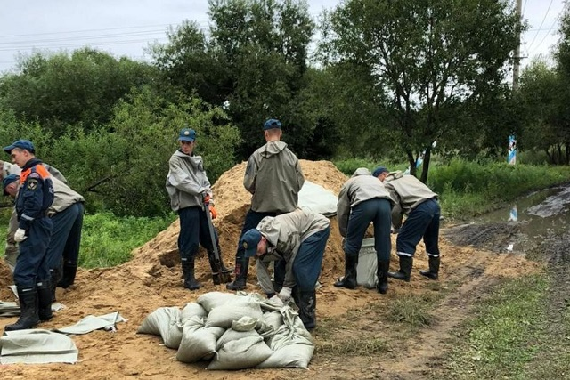 Противостояние паводку: спасатели ЕАО укрепляют защитные дамбы