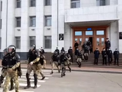 Применили силу: на митинге в Хабаровске произошло столкновение с силовиками