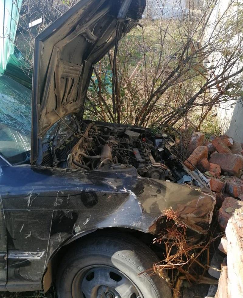 Один водитель врезался в забор, другой — в дерево: сводка ДТП