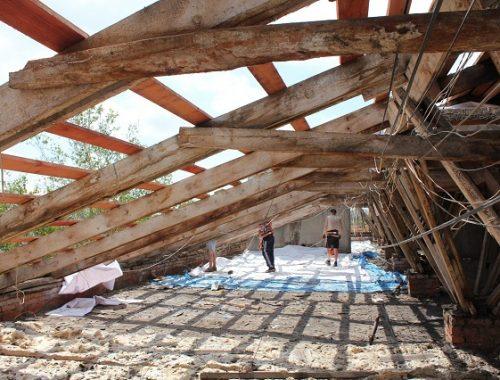 Ремонт поврежденных градом крыш в Николаевке до сих пор не завершен