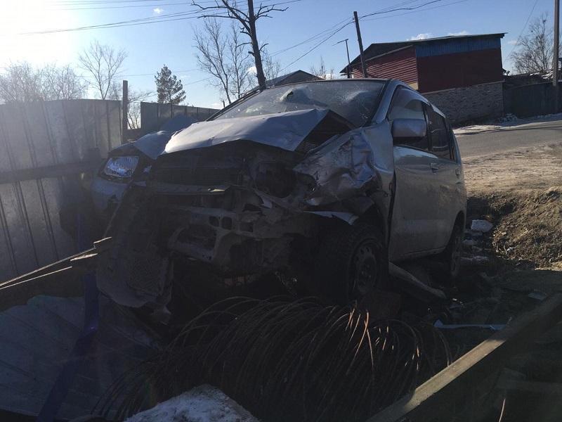 Пьяная женщина-водитель врезалась в забор частного дома в ЕАО