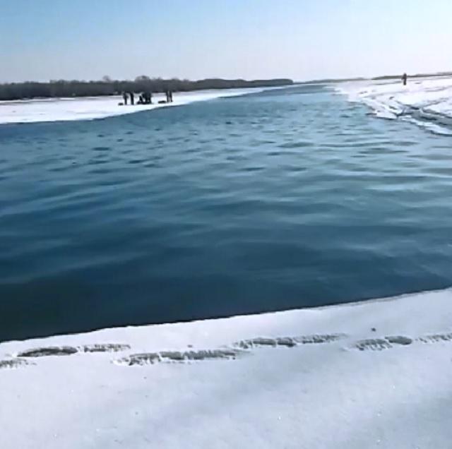 Рыбаков унесло на льдине к середине реки в ЕАО