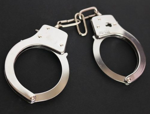 Посетителя гостиницы в Биробиджане пришлось заковать в наручники