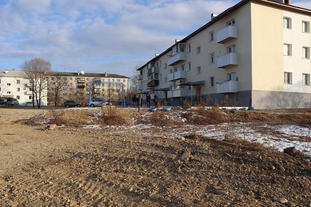 Ждали пять лет: двор биробиджанской многоэтажки наконец-то очистили от мусора