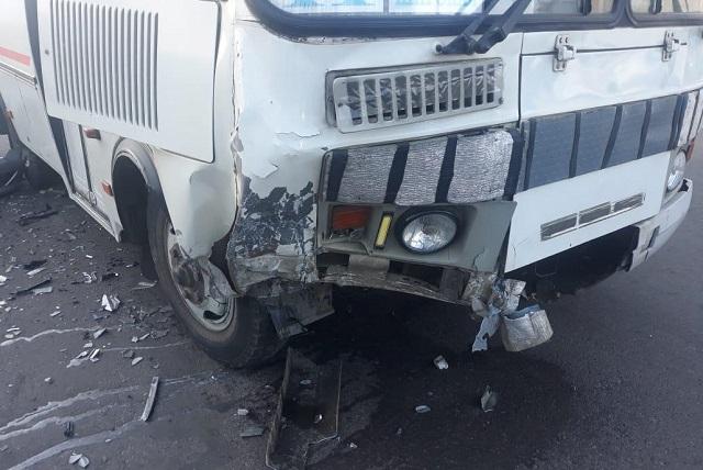 Иномарка врезалась в автобус в Биробиджане
