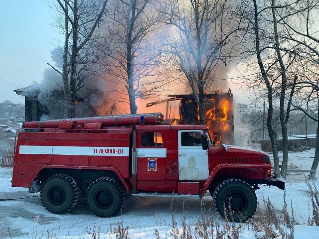Весь дом охвачен пламенем: пожарные борются с огнем в п. Теплоозерск ЕАО