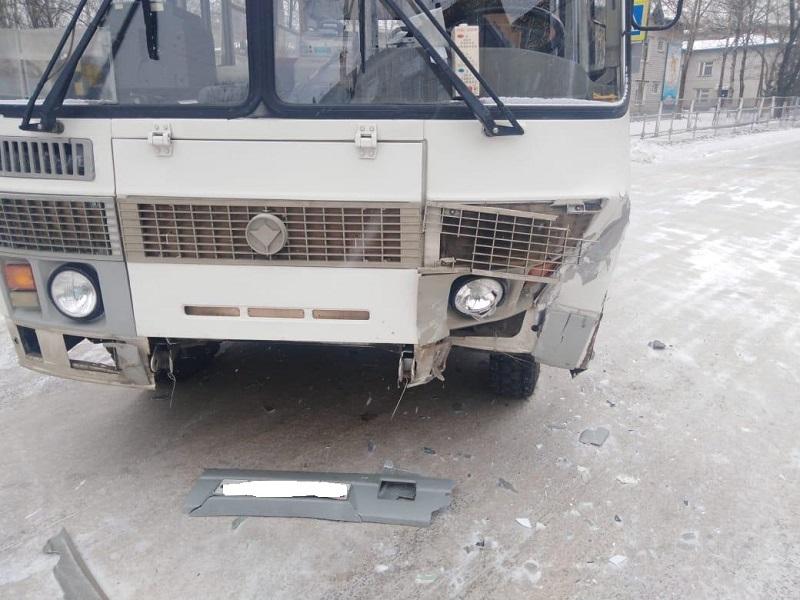 Автобус попал в ДТП в Биробиджане