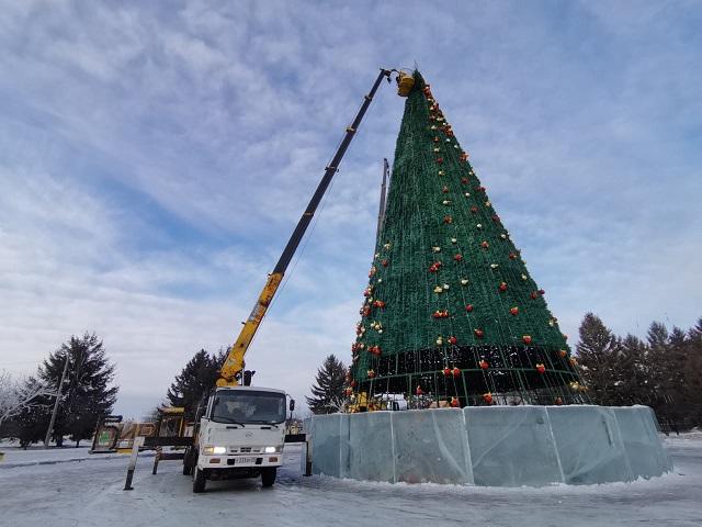 Главную новогоднюю елку Биробиджана разбирают на части