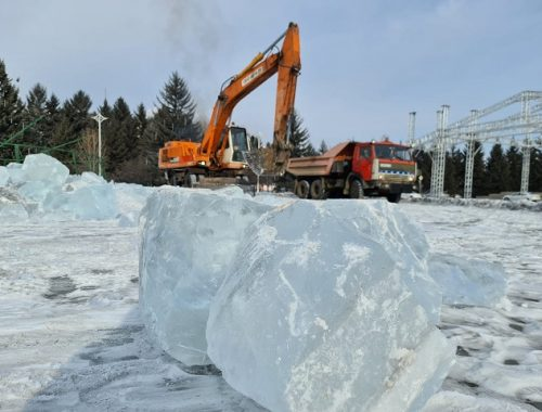 В Биробиджане разбирают ледовый городок