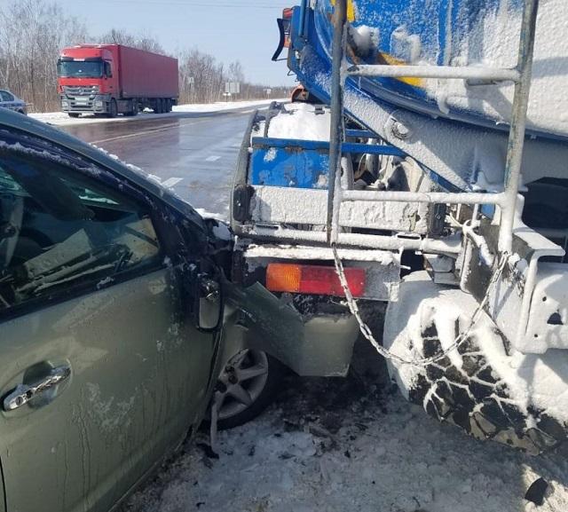 В припаркованный «КАМАЗ» врезалась иномарка в ЕАО