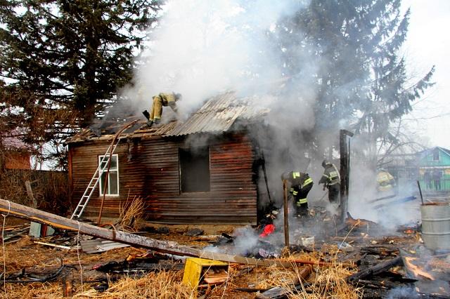 Спасаться через окно из горящего дома пришлось жителям ЕАО