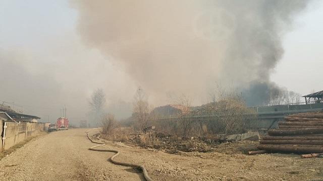 Пожарные опять борются с огнем на складе деревоотходов в Биробиджане