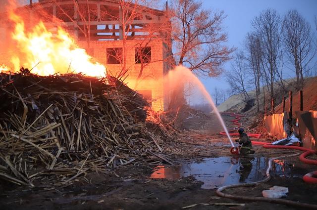 Уже более 20 часов идут работы по ликвидации крупного пожара в Биробиджане
