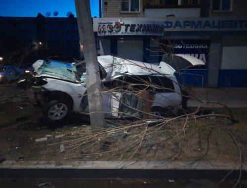 Жуткое ДТП в центре Биробиджана: водитель на скорости врезался в дерево и опору