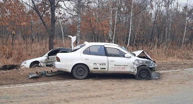 Два автомобиля такси столкнулись на дороге в ЕАО