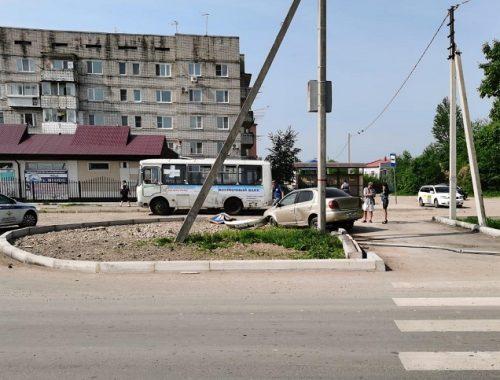 Водитель в Биробиджане врезался в дорожный знак