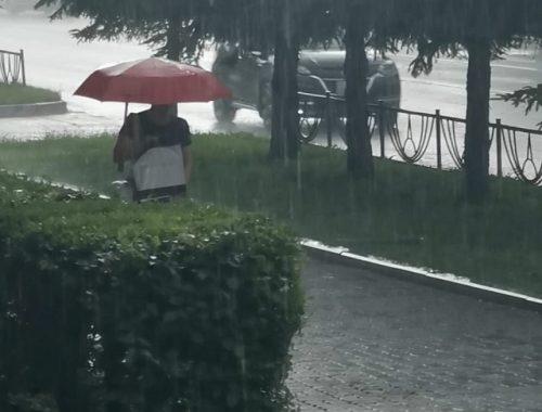 Мощный ливень с ветром и градом обрушился на Биробиджан