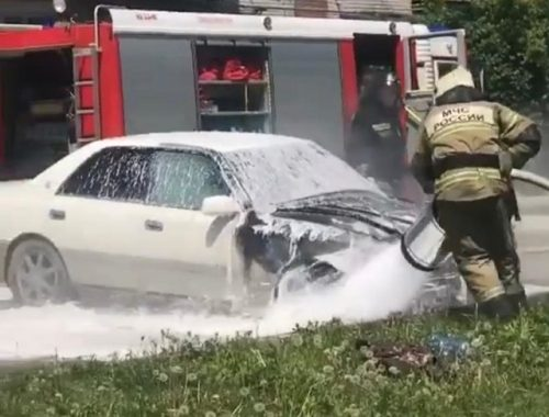 Полыхающий автомобиль и башенный кран тушили огнеборцы Биробиджана