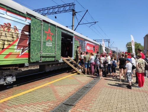 Биробиджанцы встретили тематический поезд «Мы — армия страны! Мы — армия народа!»