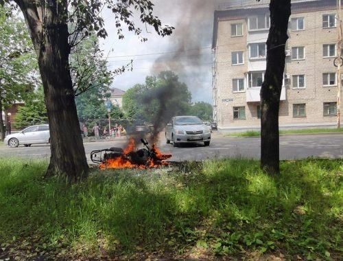 Мопед вспыхнул после столкновения с иномаркой в Биробиджане