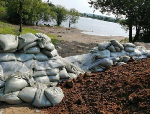 Неизвестные похитили часть дамбы из мешков с песком в ЕАО