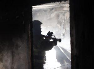 Три человека и кот спасены на пожаре в биробиджанской многоэтажке